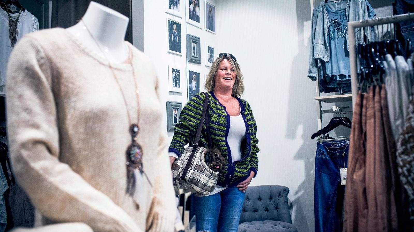 Christine Wara Lofstad (50) sier hun foreløpig har merket lite til prisstigningen på klær og sko.