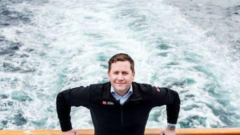 Toppsjef Daniel Skjeldam i Hurtigruten har større inntekter og overskudd fra seilingene langs kysten. Fremover er det nye ekspedisjonsskip som skal gi størst vekst, og det første skipet skal leveres i mai neste år – ni måneder forsinket.