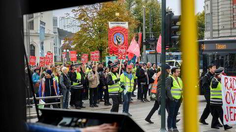 Jernbanen sto to timer torsdag under politisk streik mot innføring av EUs 4. jernbanepakke. Trikken deltok også, med en halvtimes stans.