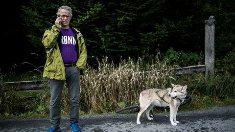MDG-leder Rasmus Hansson mener det er viktig å sette en stopper for leting etter ny olje, og at det kan påvirke hvordan vi handler i fremtiden. Her med hunden Smilla.