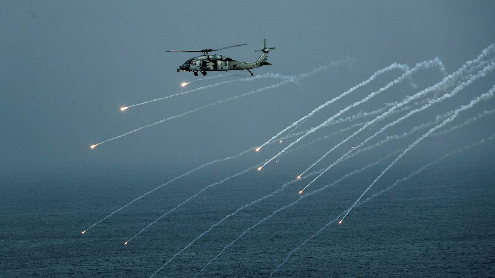 Amerikansk militærhelikopter under en øvelse i Arabiahavet, der hangarskipet USS Abraham Lincoln er utplassert. Hangarskipets utplassering skjedde etter at USA hevdet Iran truet amerikanske mål i regionen.