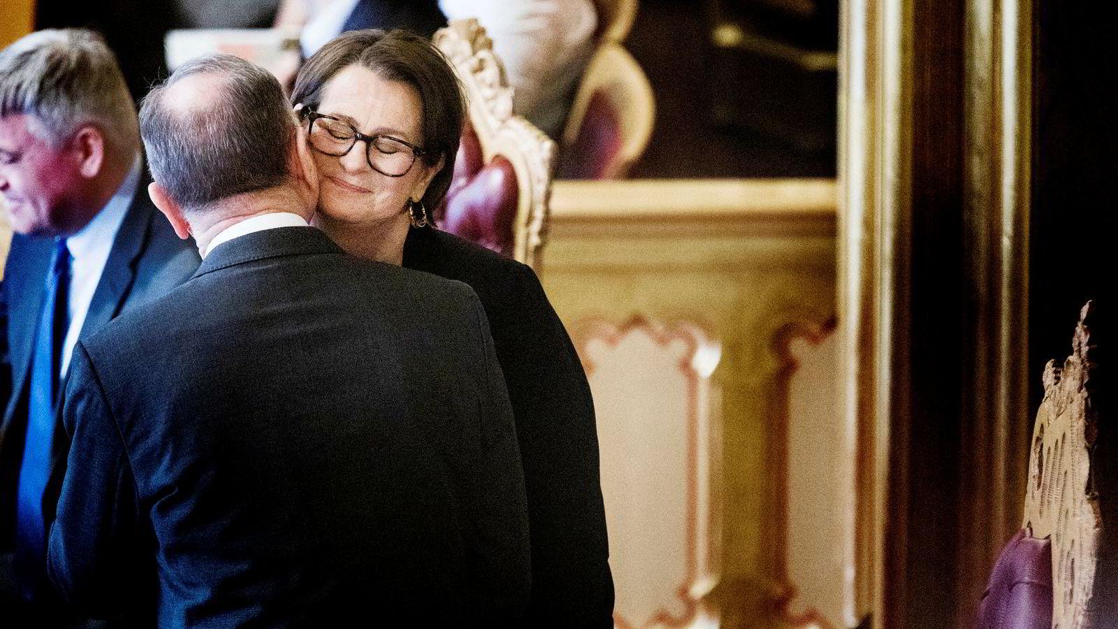 Tone Trøen er blitt valgt til ny stortingspresident. Forgjengeren Olemic Thommessen gir gratulasjonsklem.