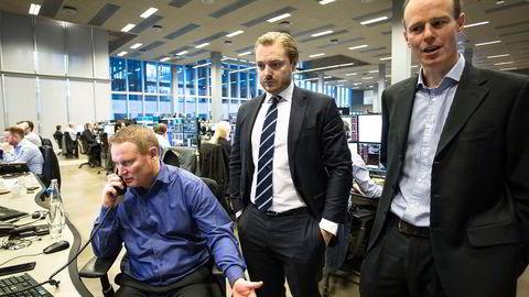 Onsdag morgen fulgte meglersjef Thomas Breivik (sittende), aksjesjef Aleander Opstad og strateg Paul Harper markedsreaksjonene etter Trump-seieren. Foto: Javier Auris