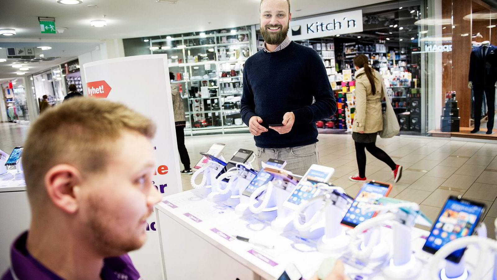 Daglig leder Ulrik Prøitz i Fluxloop har levert nettvardeteknologien til tre Netcom-butikker i Oslo. Får han det som han vil, vil det være titusenvis av nettvarder i norske butikker innen året er omme. Til venstre: Kristian Harlem fra Netcom. Foto: Gorm K. Gaare