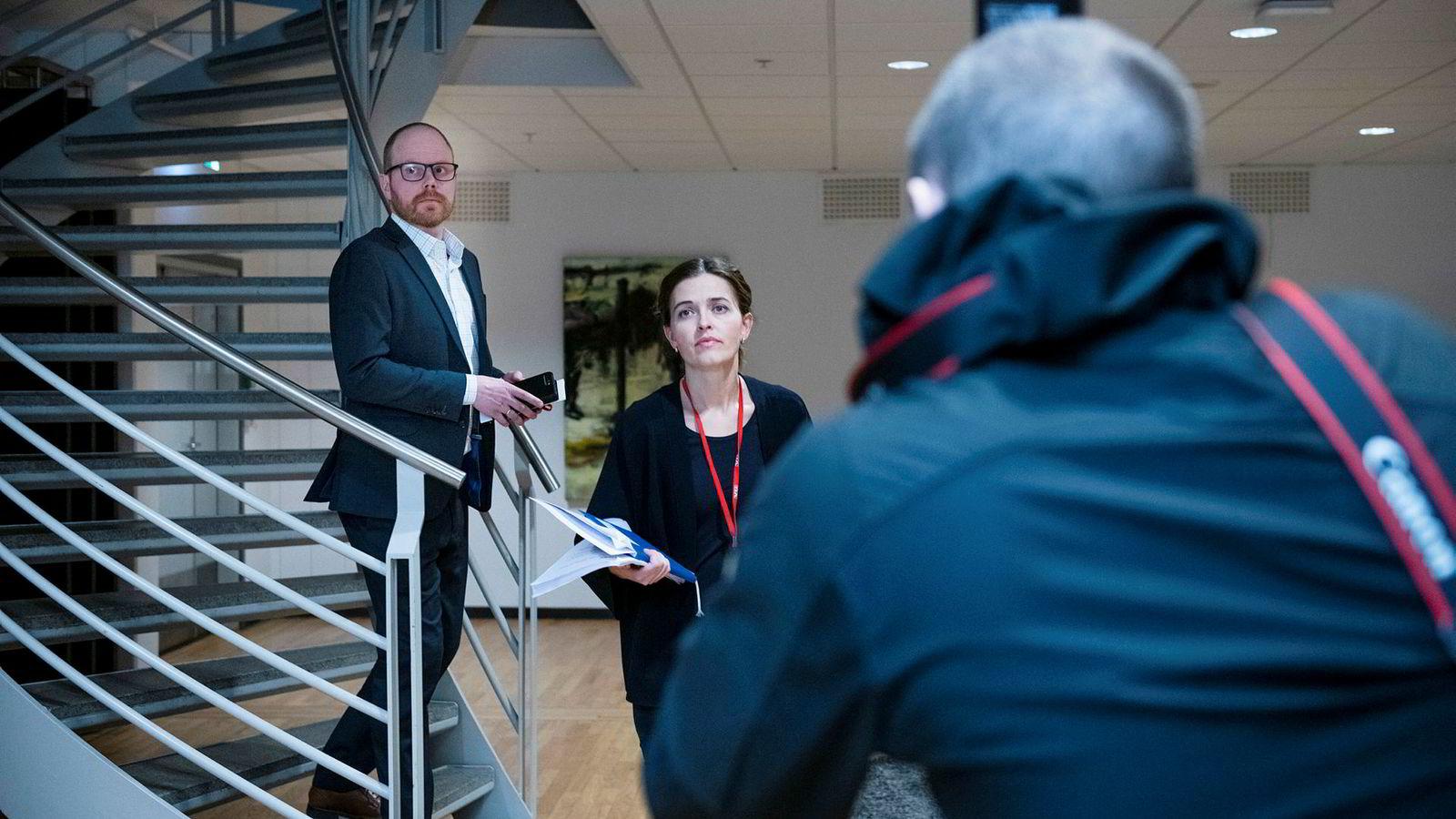 VG-redaktør Gard Steiro og nyhetsredaktør Tora Bakke Håndlykken på VGs pressekonferanse om den mye omtalte Bar Vulkan-saken.