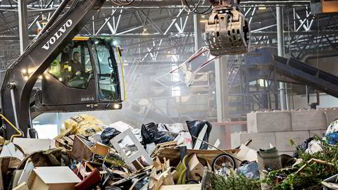 God behandling av avfall er å ta vare på og foredle ressurser, samtidig som innbyggerne sikres mot helse- og miljøfare, sier forfatteren. Her fra Norsk Gjenvinnings anlegg på Haraldrud i Oslo.  Foto: Aleksander Nordahl