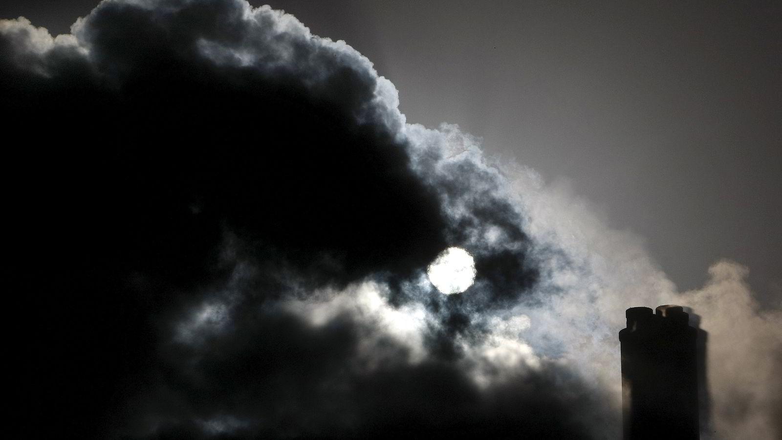 KLIMAUTFORDRING. Svart røyk velter ut fra et kullkraftverk i nærheten av Melbourne i Australia. Håpet er at verdens ledere skal bli enige om kraftige utslippskutt under klimatoppmøtet i Paris, men FN har ennå ikke greid å få inn nok penger fra medlemslandene til å arrangere konferansen. Foto: Mick Tsikas / Reuters / NTB scanpix