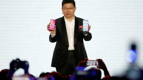Richard Yu, leder for Huawei Consumer Business Group, viser frem Huawei P30 og P30 Pro for første gang.