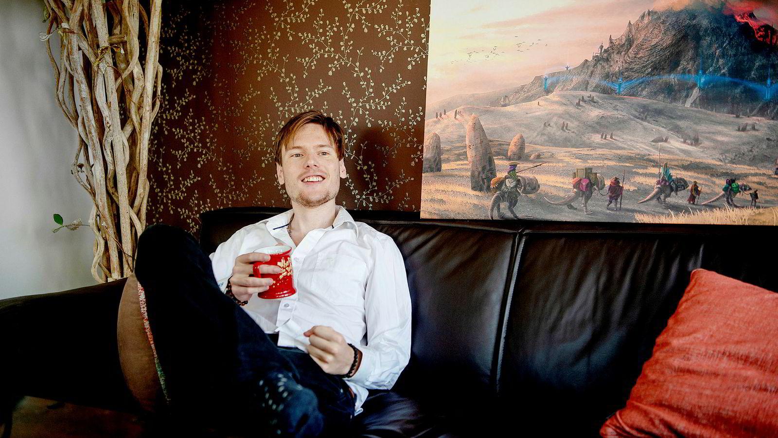 I fjor dro Sindre T. Jenssen inn fem millioner kroner på kryptovaluta. Han jobber til vanlig som låtskriver og musikkprodusent.