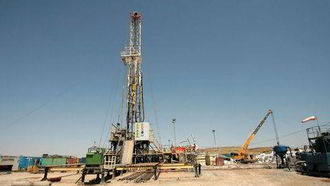 De regionale kurdiske myndighetene i Nord-Irak sier de ikke har noen planer om å kutte i sin oljeproduksjon. Bildet viser oljeleting ved byen Taq Taq i den selvstyrte kurdiske regionen.