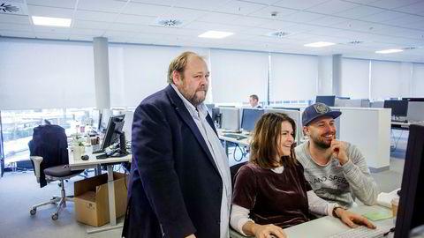 Inntektene fra papirutgavene er levebrødet til Se og Hør-redaktør Ulf André Andersen (til venstre). Han vurderer nå tiltak som brukerbetaling på nett for å få opp inntektene fra nett. Her med Anette Haaland og Lasse Engeland.