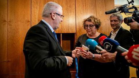 Bård André Hoksrud leverte fra seg nøkkelen til den nye landbruksministeren Olaug Bollestad tirsdag.
