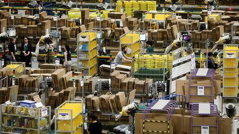 Amazon er verd cirka 3900 milliarder kroner og er på 15 år blitt en av de største selskapene i verden. 45 prosent av amerikanere som har bestemt seg for å kjøpe et produkt, går til Amazon, skriver artikkelforfatteren. Foto: Simon Dawson/Bloomberg