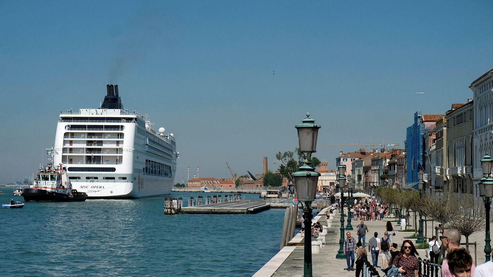 Cruiseskipet MSC Opera mistet kontrollen og krasjet med en mindre turistbåt i Venezia søndag morgen.