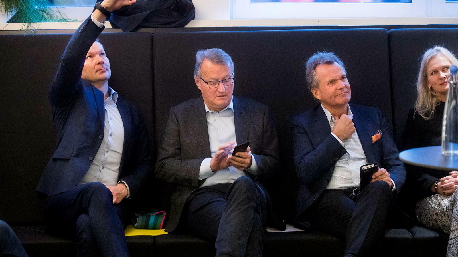 Banksjefene var ivrig med mobiltelefonene hos Eika Gruppen i Oslo fredag, og åpner for å ta Vipps til kontinentet. Fra venstre: DNBs kommunikasjonsdirektør Thomas Midteide, DNB-sjef Rune Bjerke, Finn Haugan i Sparebank 1 og Eikas konsernsjef Hege Toft-Karlsen.
