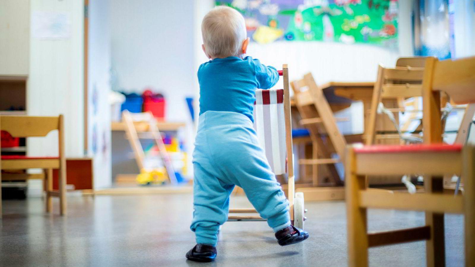En økning i kontantstøtteberettigelsen på én krone reduserer mors inntekt med rundt 20 øre det året barnet fyller to år, skriver artikkelforfatteren.