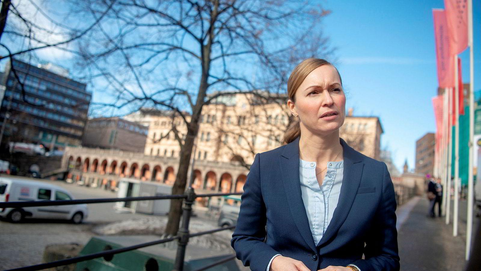 Hanne Blomberg i Politiets sikkerhetstjeneste (PST) ber ansatte og leder i bedrifter være mer bevisst på at etterretningsagenter ofte prøver å rekruttere innsidere.