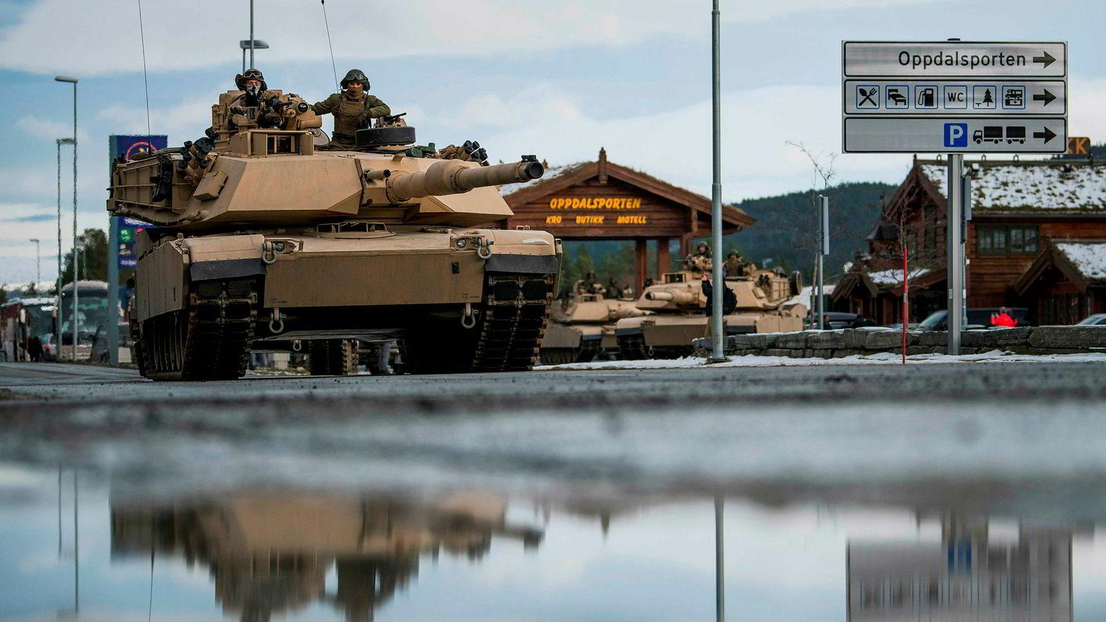Norge er sikkerhetspolitisk prisgitt USA, mener artikkelforfatterne. I fjor var US Marines på plass under øvelsen Trident Juncture. Mandag arrangeres konferansen «Hvordan skal vi forsvare Norge?» i Oslo.