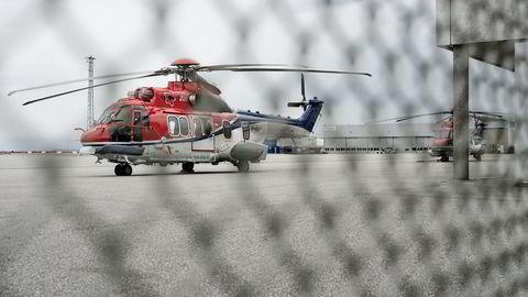 CHCs helikopter EC225 Super Puma av samme type som styrtet utenfor Bergen står på bakken ved Stavanger Lufthavn Sola. Foto: Tommy Ellingsen