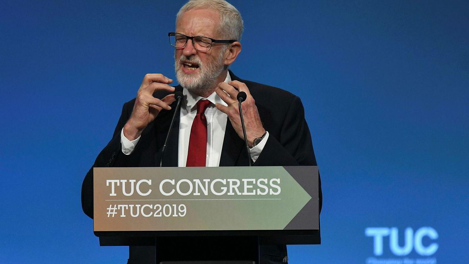 Jeremy Corbyn lanserte Labours nye brexit-strategi her på en fagforeningskongress i Brighton tirsdag.