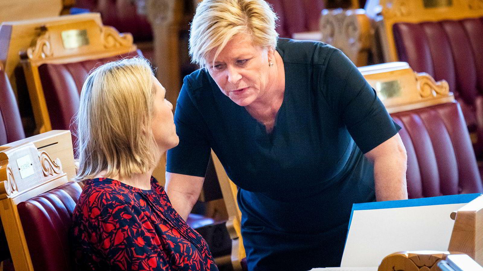 Finansminister og Frp-leder Siv Jensen (til høyre) i samtale med eldre og folkehelseminister Sylvi Listhaug. De avfeier at FRP er i krise.