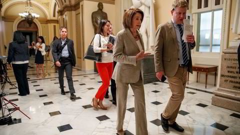 Leder av Representantenes hus Nancy Pelosi forlater møtet etter at Huset akkurat har godkjent 19,1 milliarder dollar til krisehåndtering.
