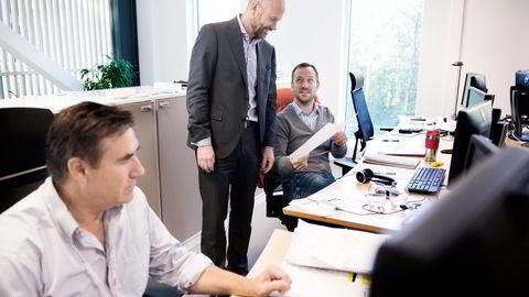 Technip Norge-sjef Odd Strømsnes (i midten) gleder seg over alle gode nyheter han kan få. Her med prosjektingeniør Jonathan Good (til venstre) og ansvarlig prosjektingeniør Leif Kåre Adolfsen. Foto: Per Ståle Bugjerde