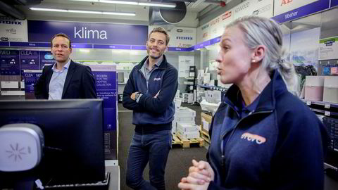 Otovo-gründer Andreas Thorsheim (i midten) får tilgang til Elkjøp som distribusjonskanal for solcelleanleggene sine. Til venstre: Administrerende direktør Jaan Ivar Semlitsch i Elkjøp Norden. Til høyre: Teknisk konsulent Christel Mathiesen i Otovo. Foto: Javad Parsa