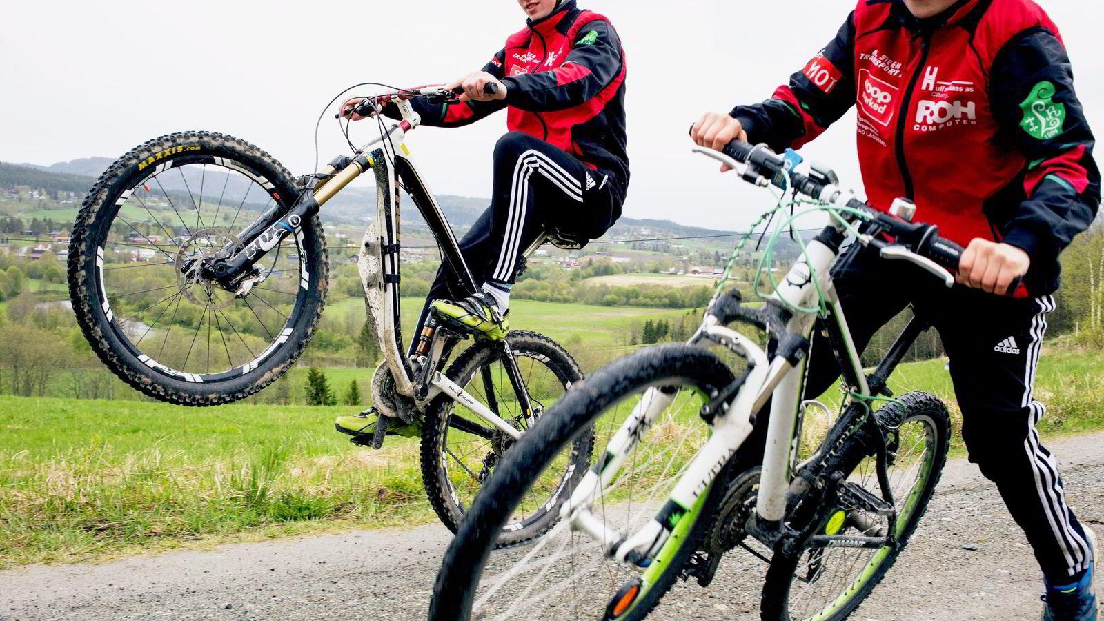 Steiling er det nye, Truls og Jonas bruker mye av fritiden på å trikse med syklene. Alle foto: Inger Lise Hammerstrøm