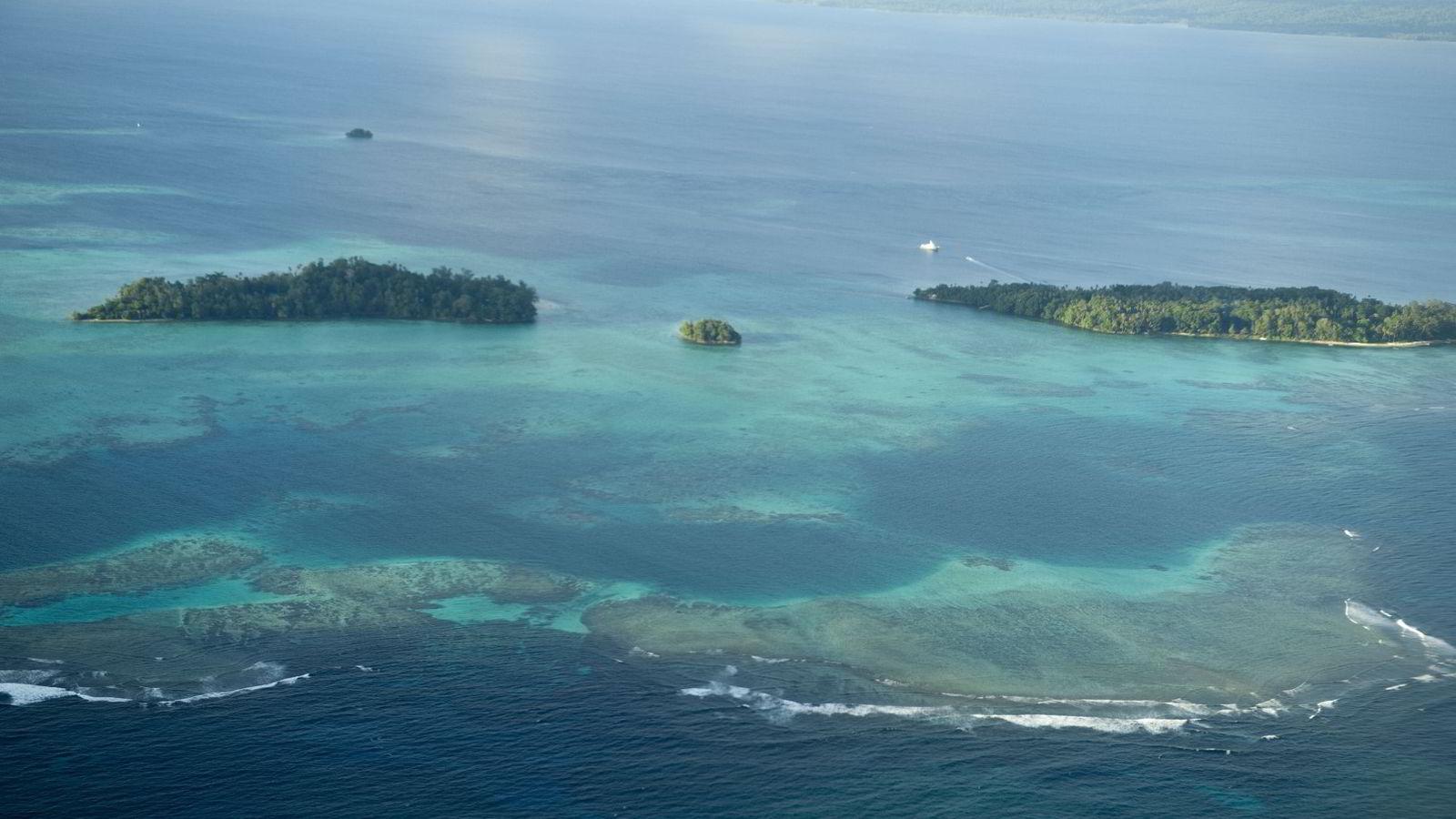 Fem små øyer i staten Salomonøyene har nå forsvunnet i havet. Bildet er tatt fra et fly med FNs generalsekretær over Salomonøyene i 2011. Foto: Eskinder Debebe/FN/AFP Photo/NTB Scanpix