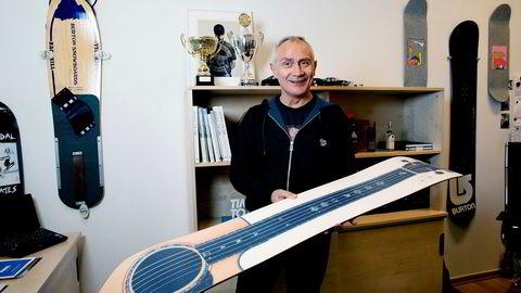 – Se på baksiden av denne da, en Martin gitar, sier daglig leder og medgründer; Carl Jørgen Nordberg i Run/ Planet Snow