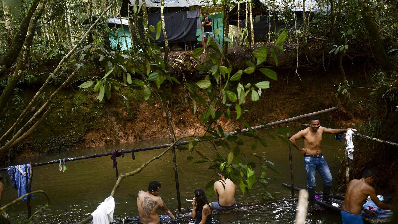 Etter 50 års væpnet opprør ønsker FARC å bli politisk parti. Her en gruppe FARC-medlemmer i leiren El Diamante i Colombia. Foto: Raul Arboleda/AFP/NTB Scanpix