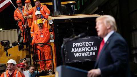 Arbeidere i US Steel jublet da president Donald Trump besøkte dem i sommer. Spørsmålet er om de fremdeles vil juble når alt fra øl og brus til mobiltelefoner blir dyrere på grunn av de nye tollene. Foto: Saul Loeb/AFP/NTB Scanpix