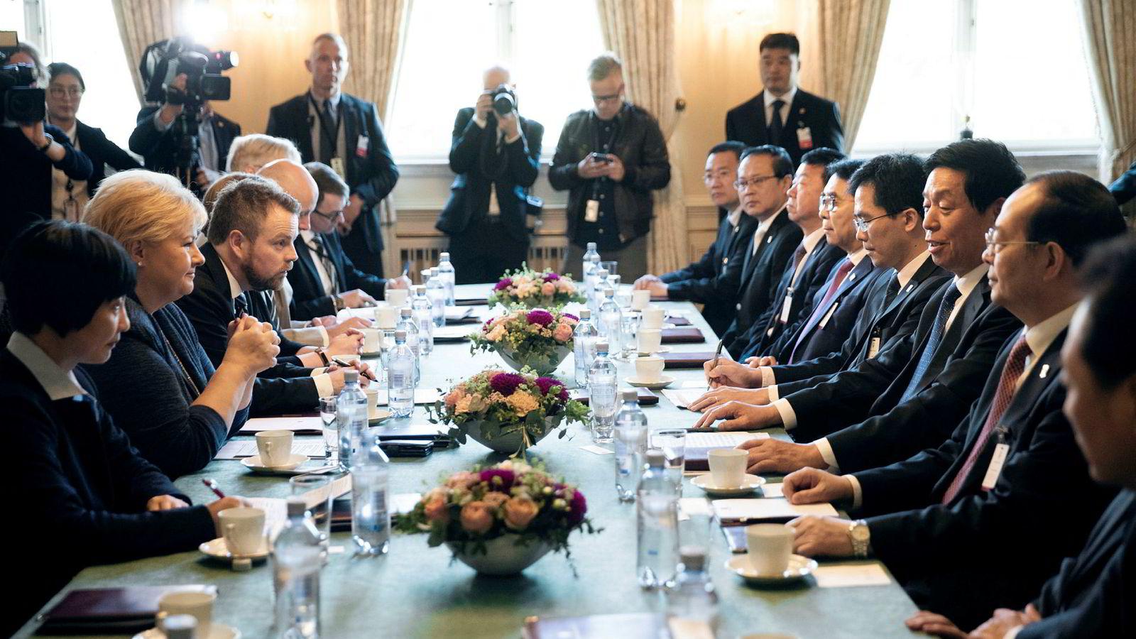 Statsminister Erna Solberg (fra venstre) og næringsminister Torbjørn Røe Isaksen møtte torsdag leder for Kinas Folkekongress, Li Zhanshu (nummer to fra høyre), i spissen for en tung næringslivsdelegasjon.