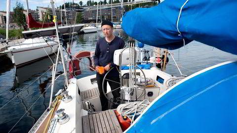 Tobias Hatløy forbereder seg på sitt livs seiltur. Med lavkostbudsjett skal han drøye en seks måneders sluttpakke til ett års seilas. Foto: Per Ståle Bugjerde