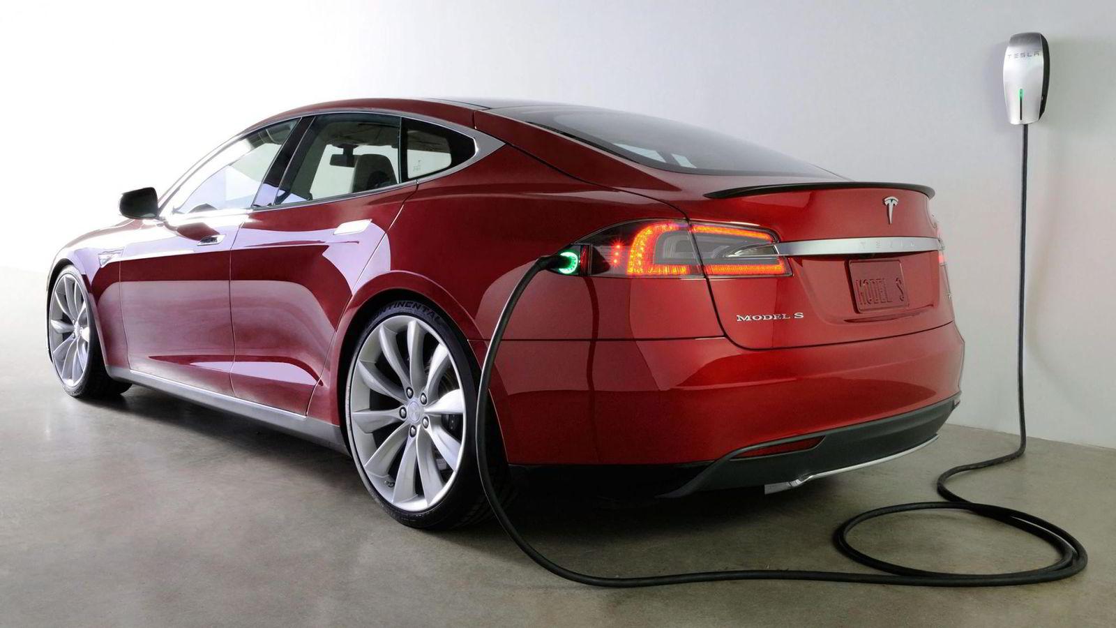 LEVER LIKE LENGE. En norsk bil lever i gjennomsnitt i 17 år. Det er ingenting som tyder på at moderne elbiler vil ha kortere levetid enn dette, mener Lasse Fridstrøm i Transportøkonomisk institutt. Her elbilen Tesla S.