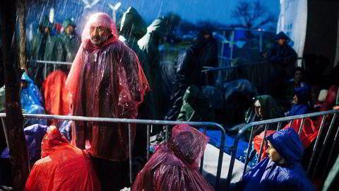 Flyktninger i Hellas på grensen til Makedonia kommer seg ikke videre fordi grensen er stengt. EU-landene håper en avtale med Tyrkia vil dempe flyktningstrømmen. Foto: Dimitar Dilkoff/AFP/NTB Scanpix