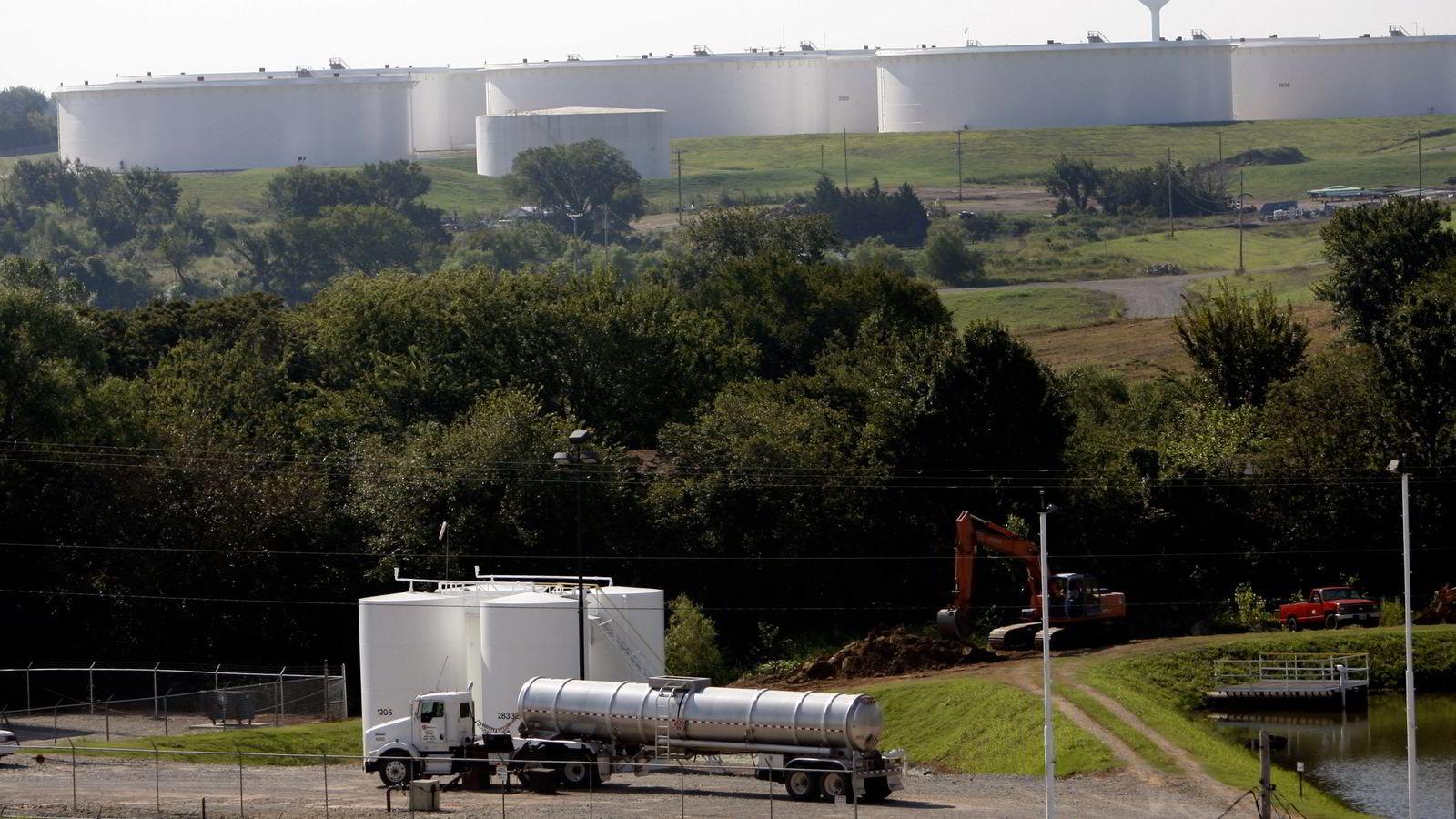USAs energiinformasjonsbyrå (EIA) ventes å rapportertere en nedgang i amerikanske bensin- og oljelagre i forrige uke onsdag. Her fra oljeknutepunktet Cushing, Oklahoma.  Foto: AP /Tulsa World, Mike Simons
