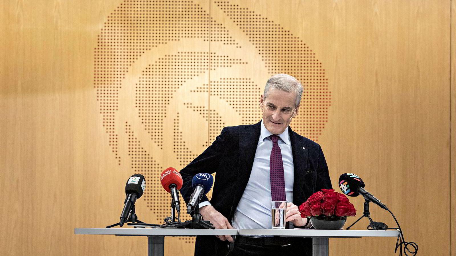 Arbeiderpartiets leder og parlamentariske leder Jonas Gahr Støre møter ikke på møtene i Stortingets utenriks- og forsvarskomité. Betyr det at han sluntrer unna?