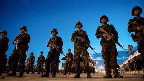 PÅ VAKT. Thailandske soldater står vakt utenfor lokalene til de regjeringsvennlige «rødskjortene» etter at militæret kastet regjeringen. Foto: Nicolas ASFOURI, AFP/NTB Scanpix