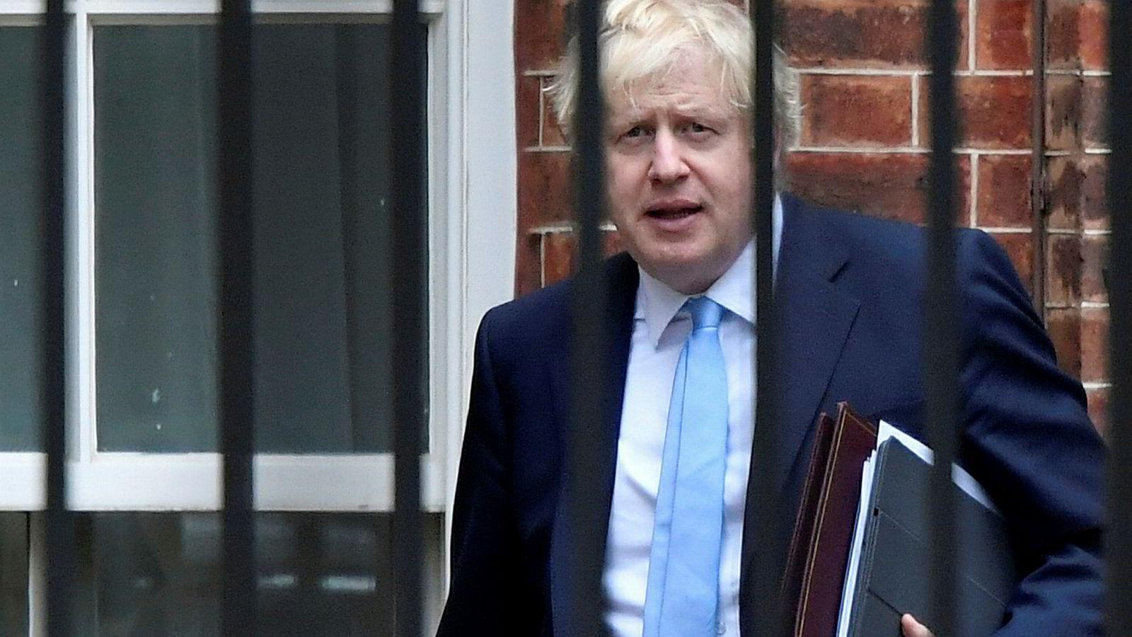 Britenes statsminister Boris Johnson vingeklippet og trenges opp i et hjørne av det nye flertallet i Underhuset.