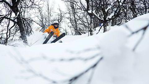 En skikjører koser seg i snøen i Raudalen ved Beitostølen.