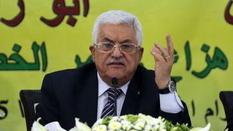 TREKKER SEG. Mahmud Abbas, president for selvstyreområdene sier regjeringen vil gå av i løpet av 24 timer. Foto: AFP/Abbas Momani/NTB Scanpix.