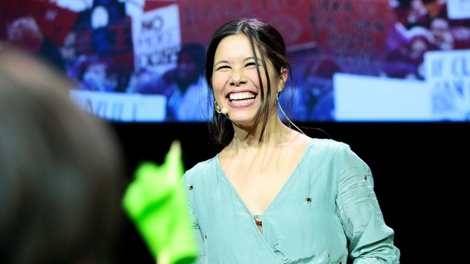 En smilende glad Lan Marie Berg (MDG) under valgvaken MDG