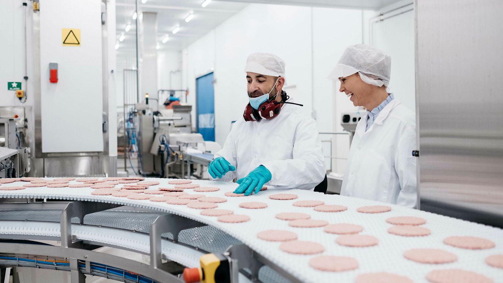 Guro Espeland overtar nå familiebedriften Jæder og blir dermed fjerde generasjon som driver med foredling av kjøtt. Fabrikken ligger på Ålgård utenfor Stavanger. Stian Monsen klargjør burgere som skal til Burger-King.