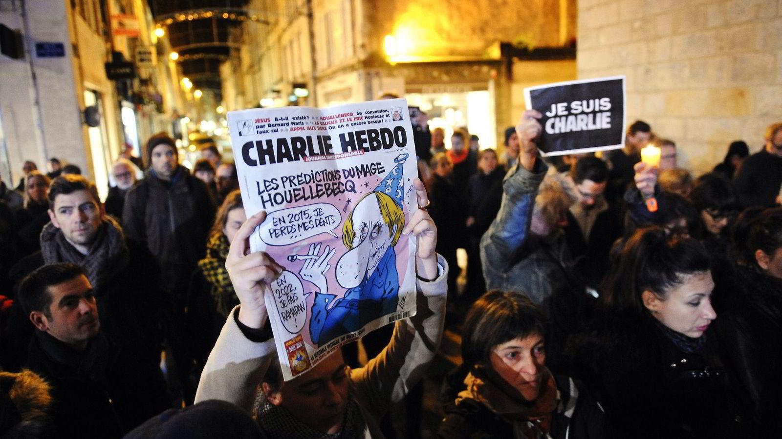 Tusenvis av mennesker har både gjennom demonstrasjoner og i sosiale medier erklært sin solidaritet med satirebladet Charlie Hebdo.                Foto: Xavier Leoty, AFP/NTB Scanpix