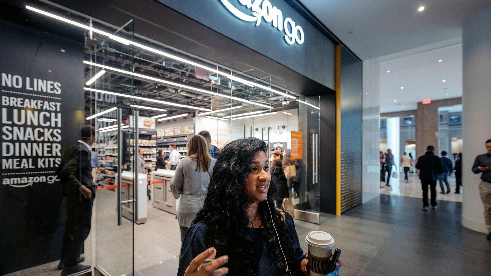Lisa Jakob er en snartur innom den nyåpnede Amazon Go-butikken i New Yorks finansdistrikt. Hun bruker appen til å registrere seg inn og forlater butikken uten å gå i kassen.