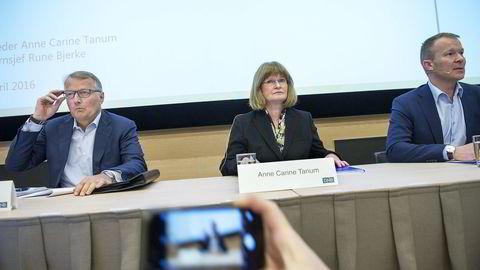 Fra venstre: Konsernsjef Rune Bjerke, styreleder Anne Carine Tanum og Thomas Midteide (th) legger mandag frem bankens redegjørelse om Luxembourg-avsløringen.  Foto: Elin Høyland