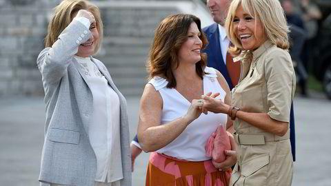 Frankrikes førstedame Brigitte Macron (til høyre), her sammen med Jenny Morrison (til venstre) kona til Australias statsminister, og Chiles førstedame Cecilia Morel. Frankrikes president Emmanuel Macron liker dårlig at Brasils president Jair Bolsonaro har kommet med ufine kommentarer om fru Macron.