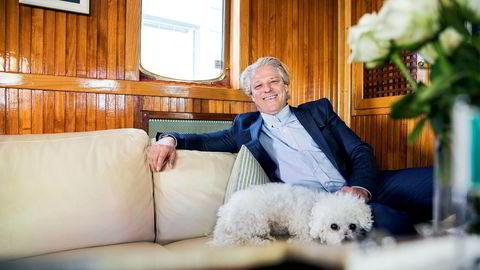 Eiendomsinvestor Asbjørn Abrahamsen kjøpte mange Norwegian-aksjer tidlig på sommeren, og har fylt på de siste ukene. Det gjør ham til 15. største eier i flyselskapet. Her om bord i båten Riva 135 i forbindelse med et portrettintervju.